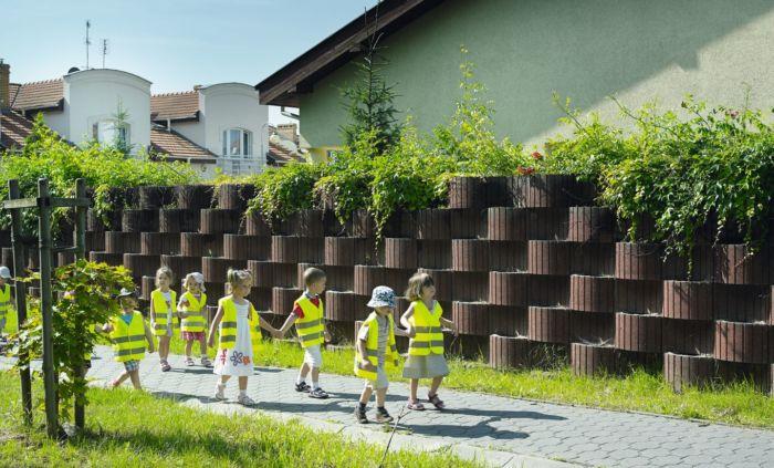 ściana z betonowych gazonów ergo
