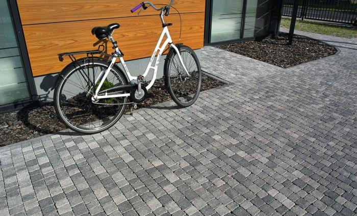 kostka granit epoka melanż zimowy aranżacja z rowerem