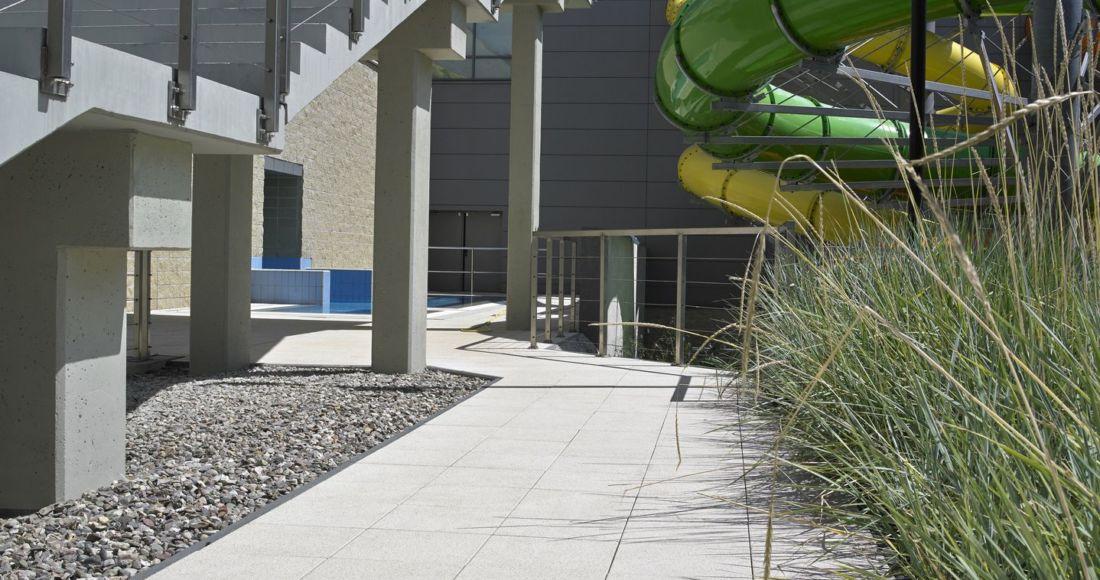Płyty Presstone powierzchnia gładka 40x40 marmur słoneczny piaskowany dziedziniec