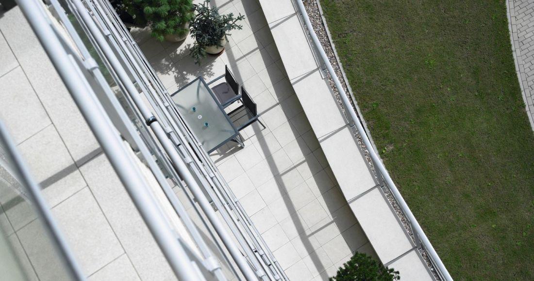 Płyty Presstone powierzchnia gładka 40x40 aranżacje balkonowe
