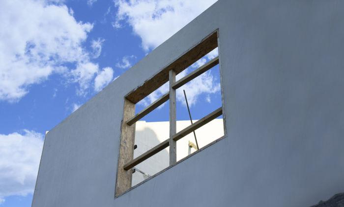 Betonowa ściana prefabrykowana z otworem okiennym